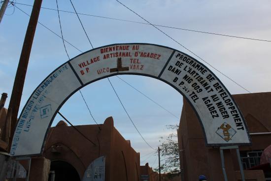 Agadez, Níger: Arch over the entrance to the artisanal village