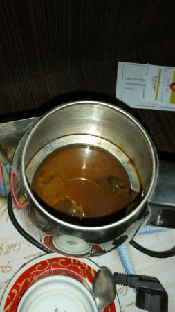 Sambas, Indonésie : Ketel masak air tidak dicuci langsung diberikan.