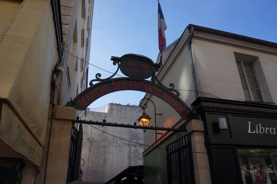 Paris, France: 入口就在一個巷子中