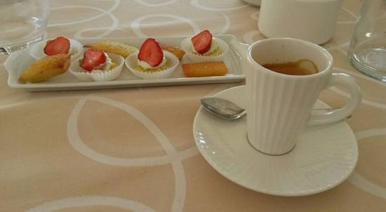 Marmagne, Frankrike: Café et mignardises