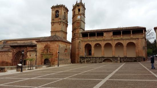 Plaza Mayor de Alcaraz, donde estan representados el poder civil y el eclesiastico,