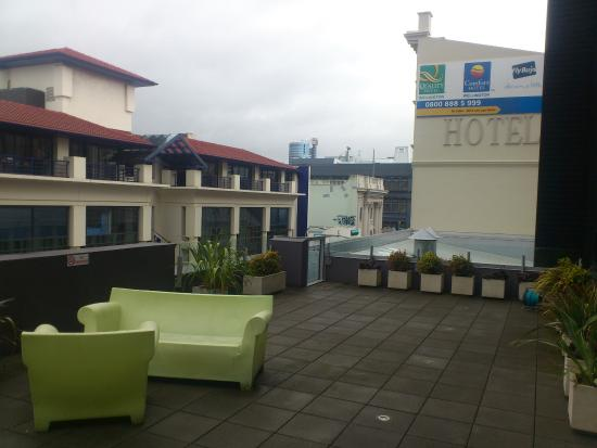 Quality Hotel Wellington: The pool terrace, great place to chill out overlooking Cuba St