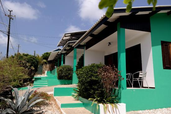 Iguana Villa & Appartementen: Zijaanzicht complex. Appartement 1 op de voorgrond.