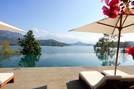 โรงแรม เดอะ ลาลู: Overflowing pool