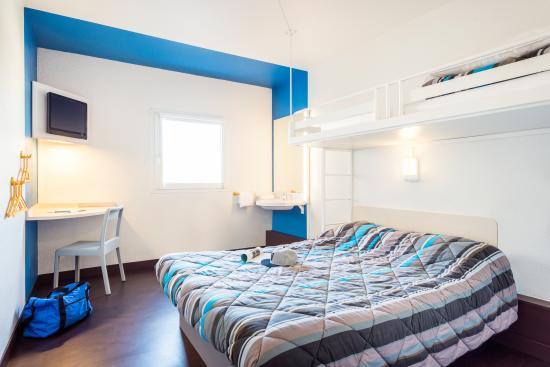 HotelF1 Lille Villeneuve d'Ascq : chambre triple (1 lit double et 1 lit simple)