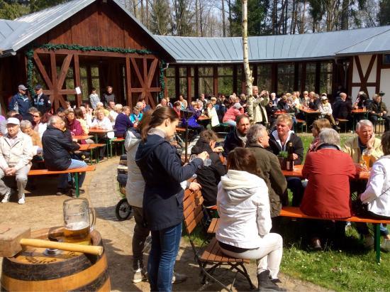 Bad Elster, Γερμανία: Die schöne Biergartenzeit hat begonnen.