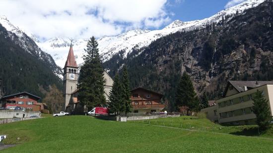 Goschenen, Suíça: Blick nach Osten, rechts im Bild die Nordseite des Hotel-Anbaus mit meinem Zimmer im 2. OG