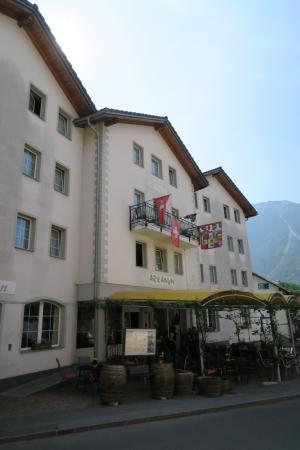 Salgesch, Швейцария: Das Hotel Arkanum mit dem schattigen Sitzplatz.