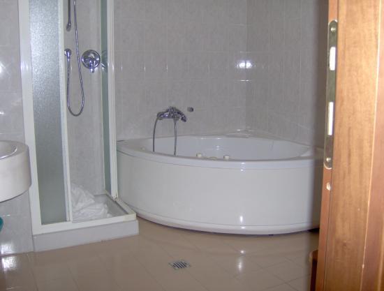 hotel giugliano con vasca idromassaggio : Hotel Holiday - Bild von Hotel Holiday, Villa Rosa di Martinsicuro ...