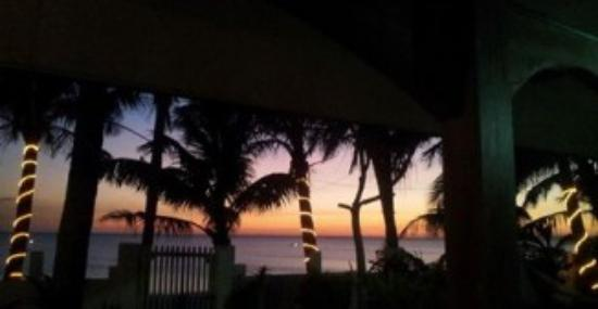 Pandan Island, Filipinas: This is the view from my room, sunset and palm trees. Paradise!