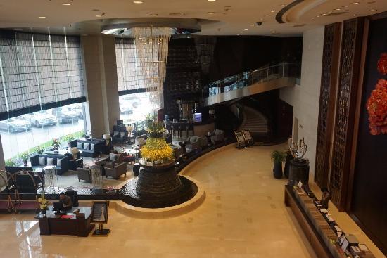 Chongqing Jinjiang Oriental Hotel: Front lobby area and bar