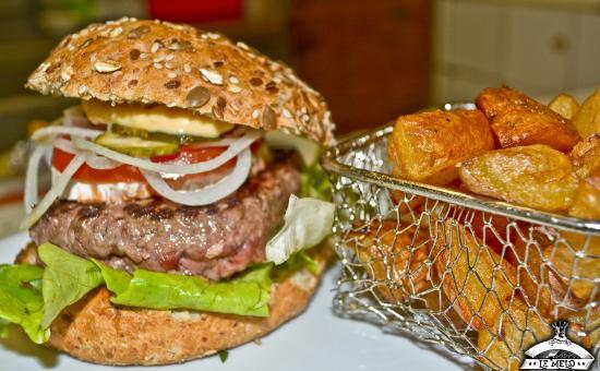 Le Mélo : Burger avec bun (pain) bio aux sésames et frites maison