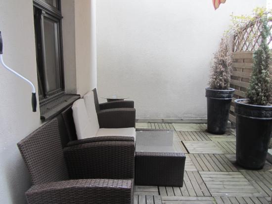 Hotel Ester: Terraced area