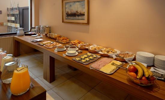 Hotel Carlos V Patagonia Bariloche: Desayuno Buffet