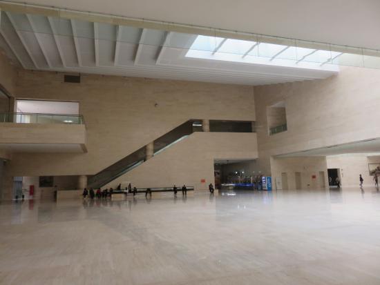 Luoyang Museum : Inner hall.