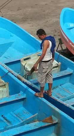 Casares, Nicaragua: fisherman receiving his pay for landing boat