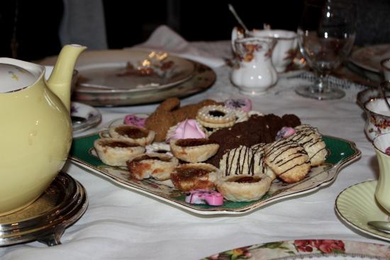 Montrose Inn & Tea Room: Delicious dessert trey for the non-vegans