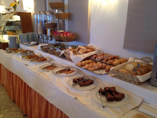 Sant'Agnello, อิตาลี: Breakfast buffet (hot and cold) Rooftop pool