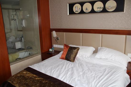Joy Holiday Hotel Suzhou Yuanqu: salle de bain avec vu sur la chambre!