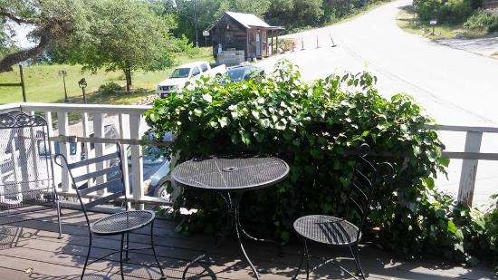 Holiday Lodge on Canyon Lake: The balcony is ideal for relaxation, watching the birds fly around you as you enjoy peace & quie