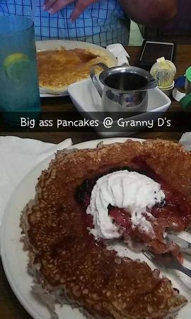 Holiday Lodge on Canyon Lake: We had breakfast at Granny D's which Jennifer suggested and it was soooo good! HUGE pancakes!