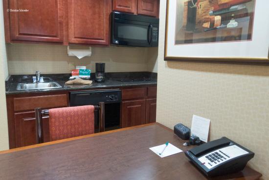 Homewood Suites Miami-Airport West: Pequena mesa de trabalho e refeições não agradou :(