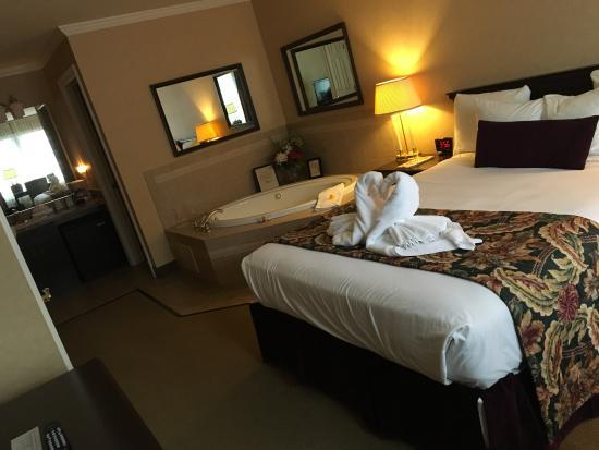 Skaneateles Suites Boutique Hotel: Gorgeous room with jacuzzi bath