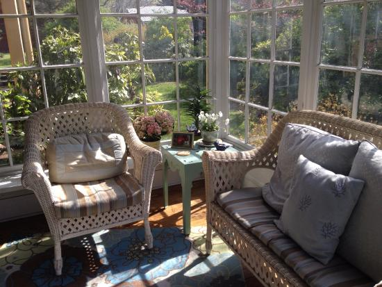 The Hummingbird Inn: Sun room