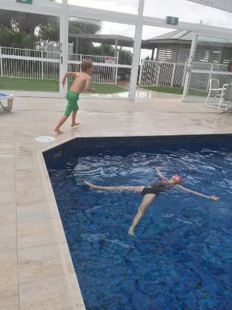 19th Avenue on the Beach: Kids having fun n glass covered 22m outdoor pool. Actually we all enjoyed it