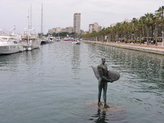 Escultura El regreso de Ícaro con su ala de surf