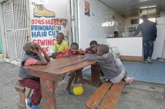 Khayelitsha, Южная Африка: Hanging out by the eatery