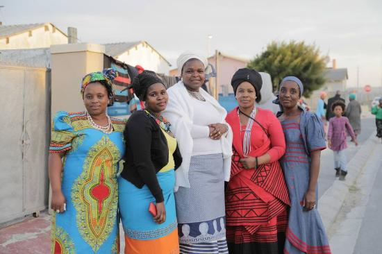 Khayelitsha, Южная Африка: Proud women in their beautiful traditional dresses