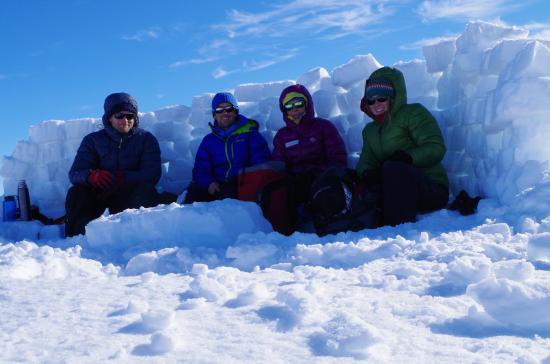 Longyearbyen, Noruega: Learning the art of a good snow-wall for lunch