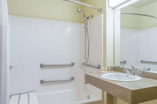 Chino Valley, AZ: Accessible Bathroom