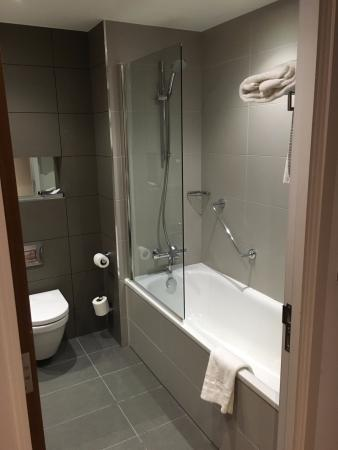 Doubletree By Hilton Lincoln Hotel Bathroom 1