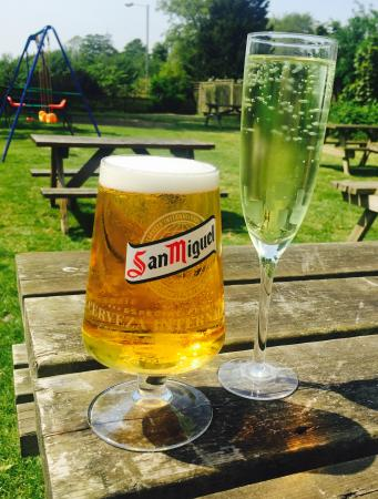River, UK: Perfect afternoon in the beer garden