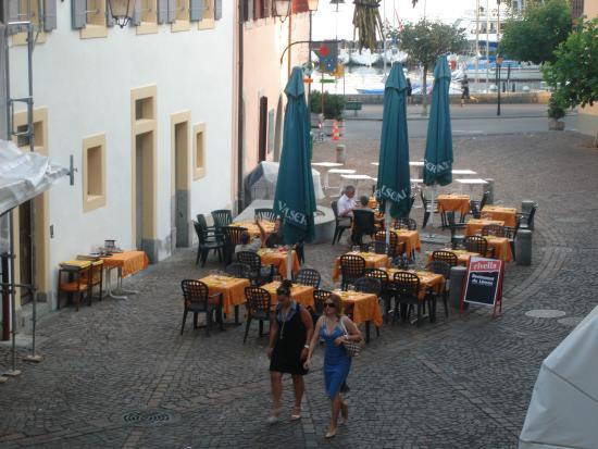 Restaurant du Léman : Deuxième terrasse : sur la place qui est en face du restaurant, avec une jolie vue sur le lac.