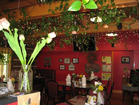 Petersburg, PA: Inside the restaurant. Those live plants are amazing!!!