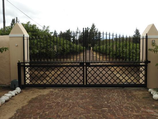 دو ليووينهوف إيستايت: Looking out the main gate