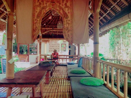 Mas, Indonesia: Very relaxing atmosphere. Love the bamboo floor! Coconut ice cream with fruits is a must-try. Ve