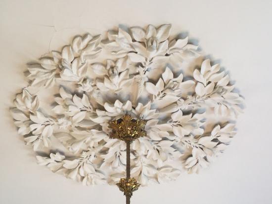 Natchez, MS: Beautiful chandelier fixing on ceiling