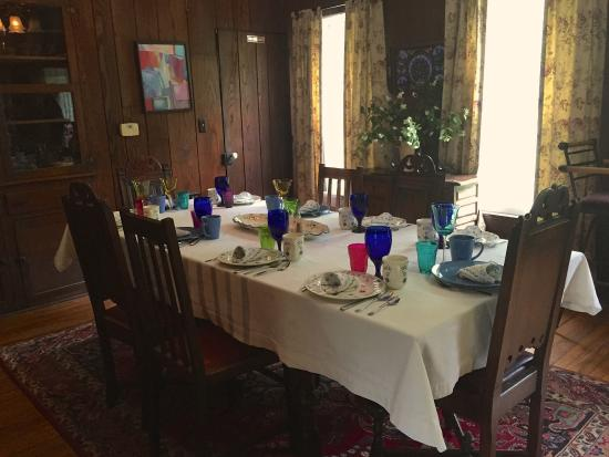 Black Mountain Inn: sweet breakfast room with big sunny windows