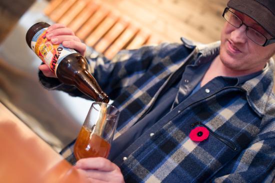 Нанаймо, Канада: Pouring beer