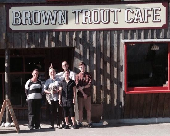 "Southland Region, Νέα Ζηλανδία: ""Hello"" from some Brown Trout Cafe staff"