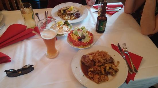 Taufkirchen, เยอรมนี: ZWIEBELROSTBRATEN mit Salat von der Salatbar