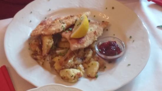 Taufkirchen, เยอรมนี: Portion zum SATTWERDEN mit Salat von der Salatbar!