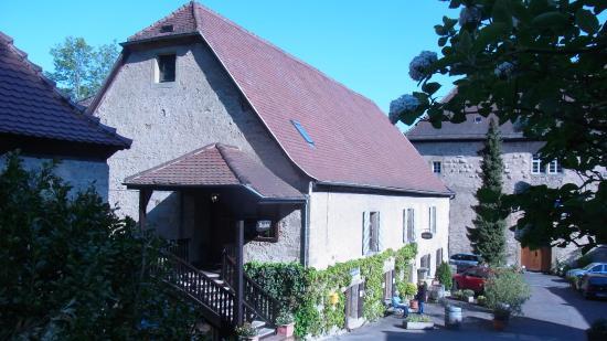 Neckarzimmern, เยอรมนี: Das Burghotel liegt gegenüber der Burg