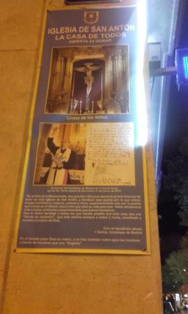 Iglesia de San Antón: Cartaz na chegada ao edifício.