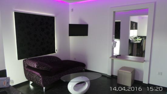 Neptune Hotel Apts.: Renovated living room