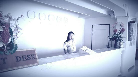 Gold Beach Hotel: FRONT DESK STAFF SPEAKS CHINESE, JAPANESE, TAGALOG, ENGLISH VERY WELL